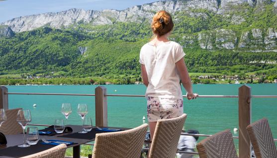 Grande terrasse en bois surplombant le lac d'Annecy